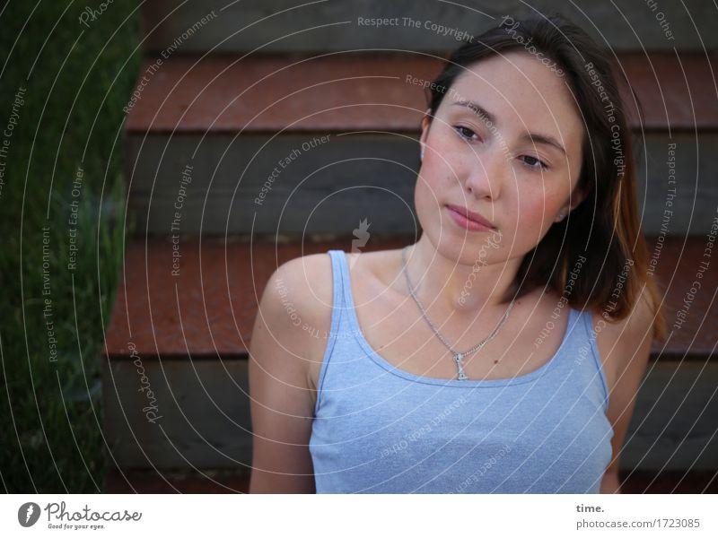 . feminin 1 Mensch Wiese Treppe T-Shirt Schmuck Halskette brünett langhaarig beobachten Denken Blick sitzen warten schön Zufriedenheit selbstbewußt Wachsamkeit