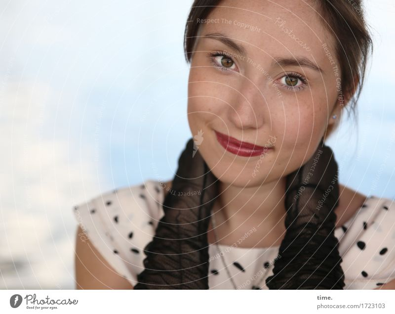 . feminin 1 Mensch Kleid Handschuhe brünett beobachten festhalten Lächeln Blick schön Freude Glück Fröhlichkeit Zufriedenheit Lebensfreude selbstbewußt
