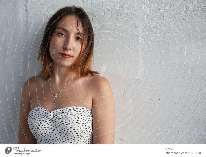 . feminin 1 Mensch Mauer Wand Kleid Schmuck Halskette brünett langhaarig beobachten Blick warten schön Gefühle selbstbewußt Willensstärke Vertrauen