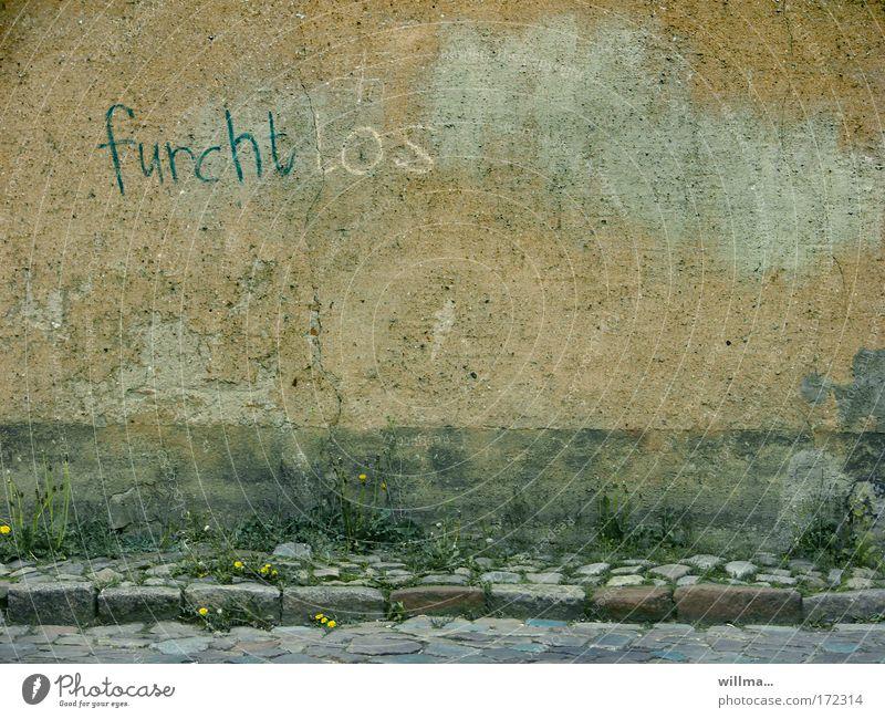 mehr furcht als los Einsamkeit Wand Traurigkeit Mauer Fassade Angst dreckig Perspektive Schriftzeichen gefährlich Kraft Hoffnung Zukunftsangst Mut Wort Kopfsteinpflaster