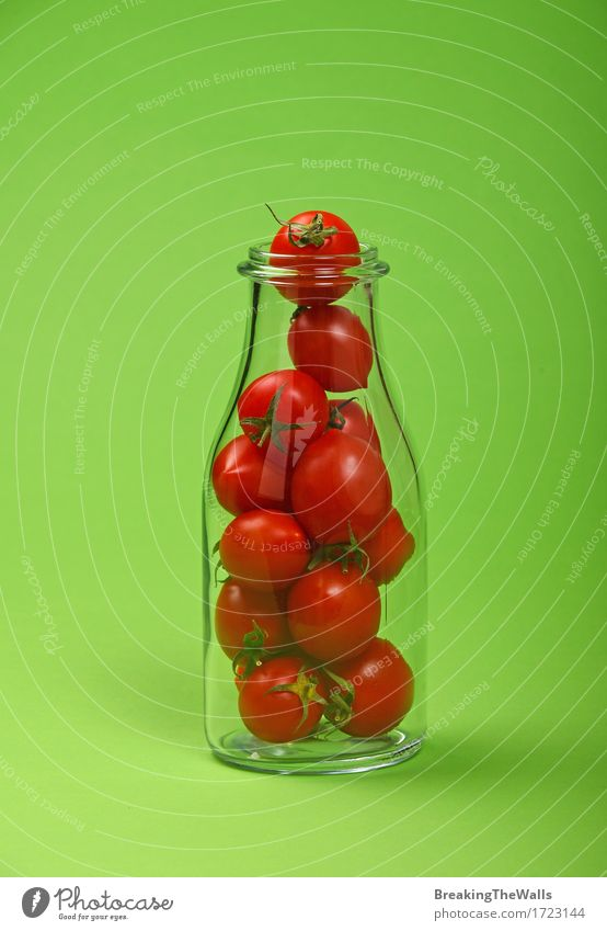Saft- oder Ketschupflasche voll rote Kirschtomaten auf Grün grün natürlich klein Lebensmittel frisch Kreativität Gemüse rein Bioprodukte Flasche