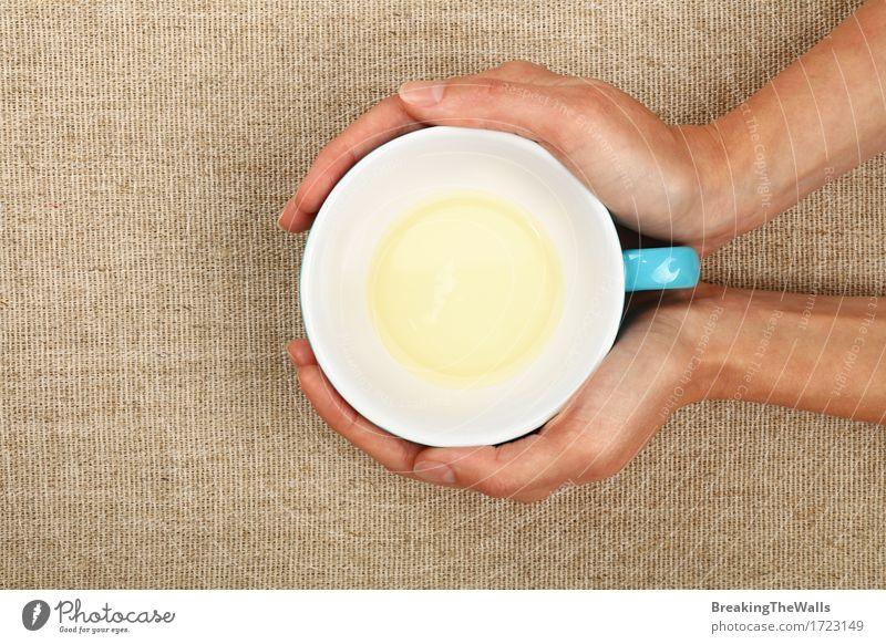 Zwei Frauenhände, die leere beendete Schale grünen Tee halten Getränk trinken Heißgetränk Becher Erwachsene Hand festhalten Umarmen heiß blau weiß Geborgenheit