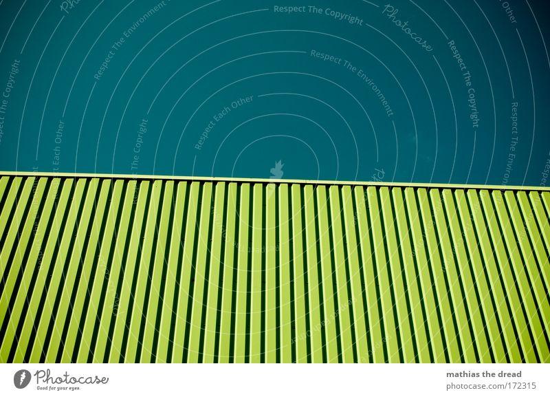 EINS FÜR CARL grün Wand Metall Linie Lastwagen Kasten parallel Furche Neigung Container Dose bewegungslos Verpackung Ware minimalistisch reduziert