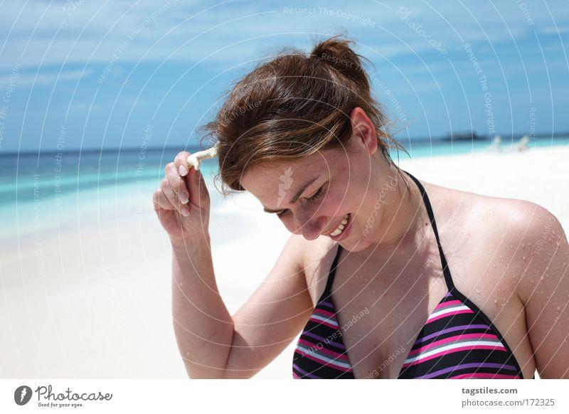 JOKING Frau Sonne Meer Sommer Strand Ferien & Urlaub & Reisen Erholung lachen Denken Sand lustig Mensch Tourismus Reisefotografie Asien Schwimmen & Baden