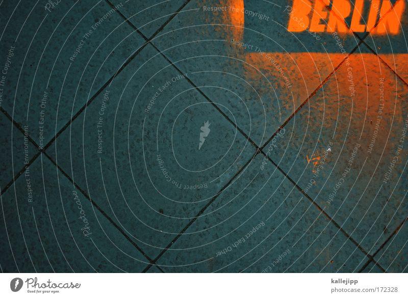 berlin ist das allerschärfste blau Stadt Straße Berlin Graffiti Wege & Pfade Stein Kunst Schriftzeichen Lifestyle Kultur leuchten Zeichen Club Verkehrswege Veranstaltung