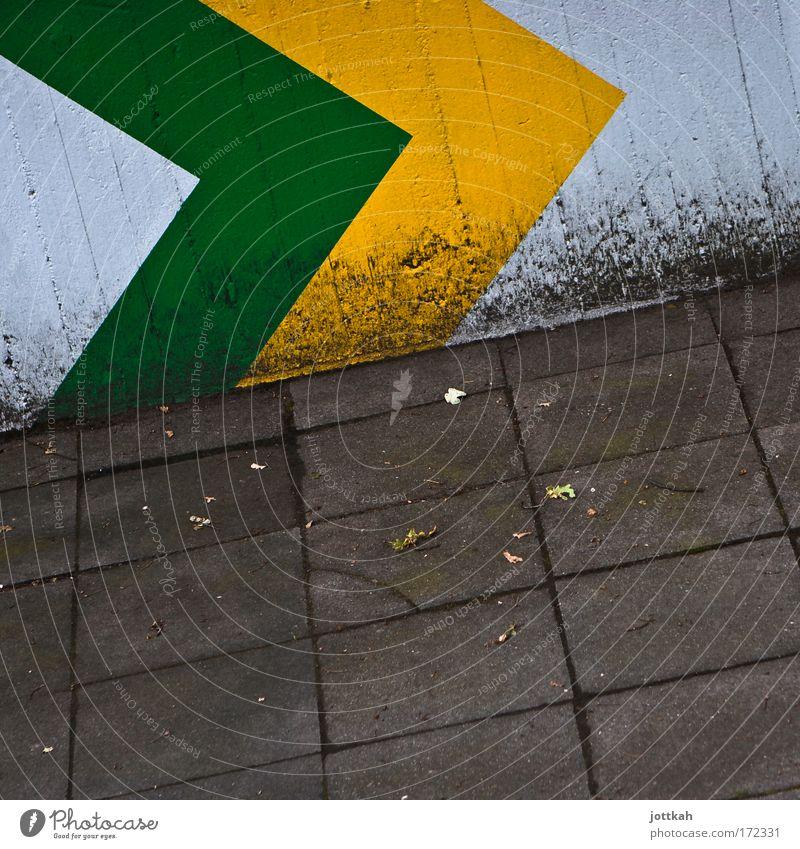 Da entlang! Architektur Mauer Wand Stein Zeichen Schilder & Markierungen Hinweisschild Warnschild Linie Pfeil Dienstleistungsgewerbe Stadt Verfall gelb grün