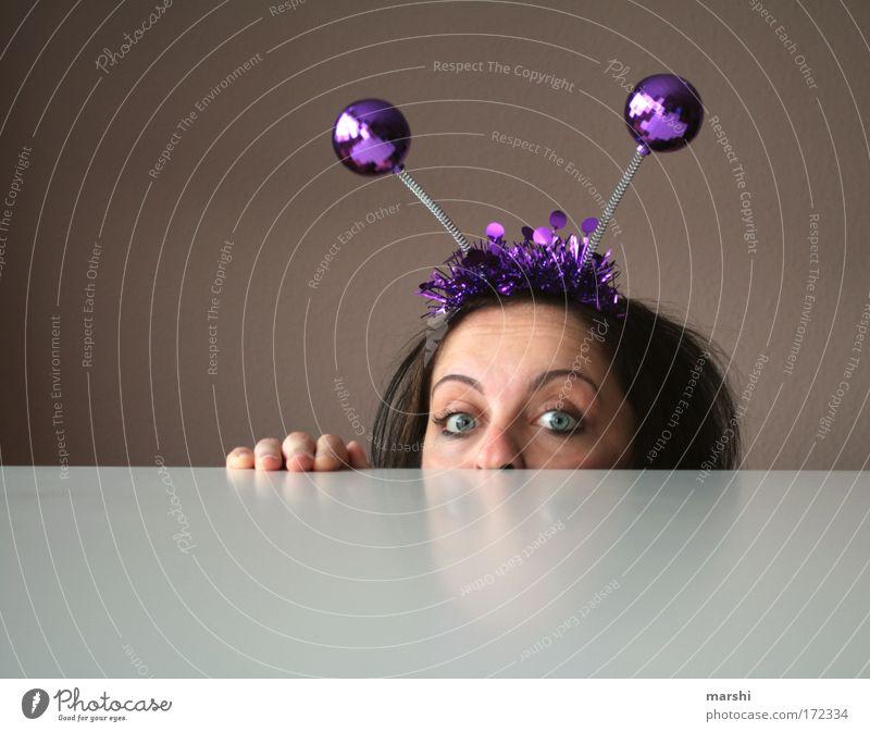 Alien auf Kontaktsuche Mensch Freude feminin Gefühle Kopf Stimmung Angst glänzend Suche Schmuck gefährlich Kommunizieren Freizeit & Hobby violett Kitsch beobachten