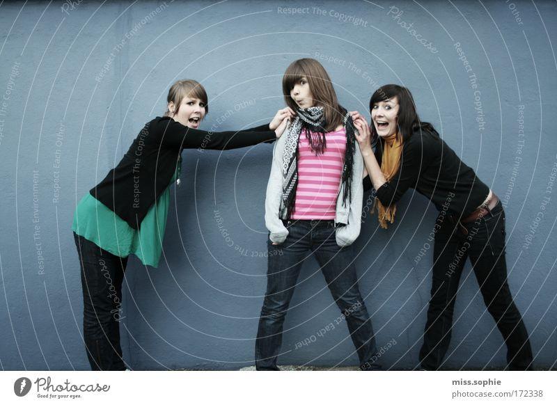 oh mein gott die luft brennt feminin Freundschaft Jugendliche 3 Mensch Mode festhalten lachen außergewöhnlich Coolness frech Fröhlichkeit verrückt blau Freude