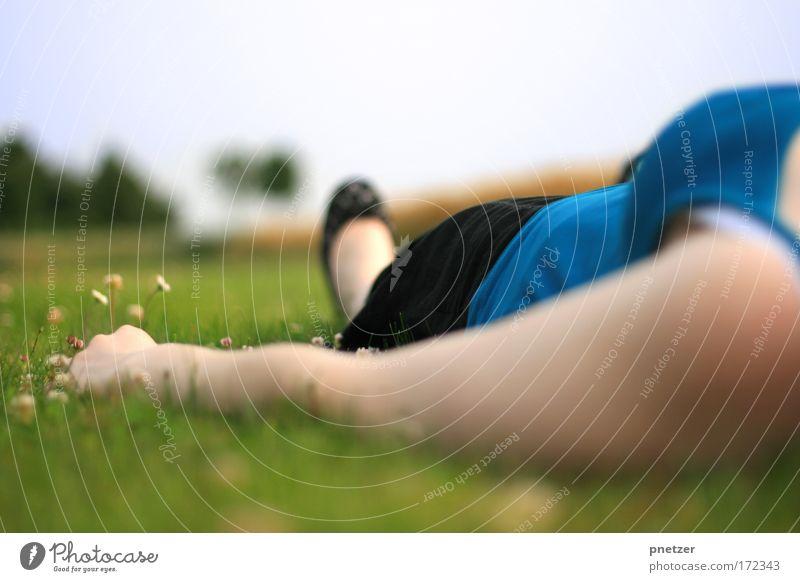 In den Himmel schauen Frau Himmel Natur blau Hand grün schön Sommer Freude ruhig Erwachsene Erholung feminin Wiese Gras Glück