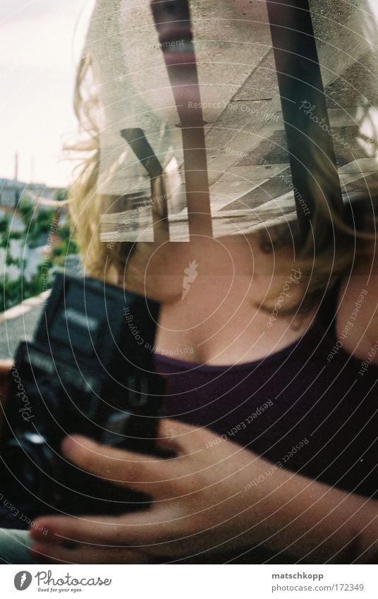 Dreamteam Mensch Jugendliche Sommer Freude Haus feminin Gefühle Glück Zufriedenheit blond Lomografie frisch Fröhlichkeit ästhetisch Dach Lebensfreude
