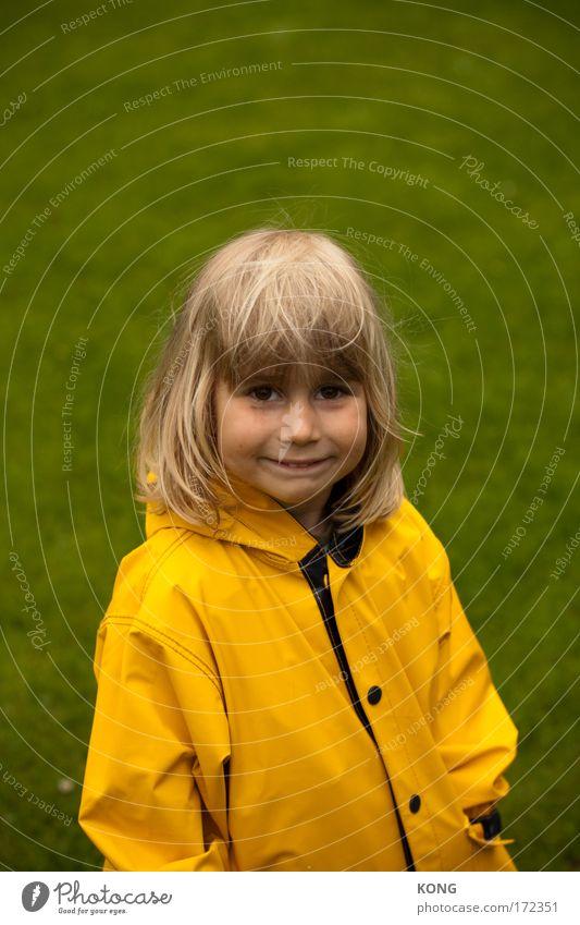 gelb grün grins Farbfoto Außenaufnahme Textfreiraum oben Schwache Tiefenschärfe Oberkörper Blick Blick in die Kamera Kind Kleinkind Junge 1 Mensch Gras