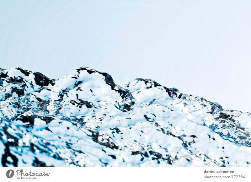 doch, das ist Wasser Natur Wasser blau kalt Bewegung Wellen glänzend Umwelt Wassertropfen nass Coolness Sauberkeit Klarheit Flüssigkeit Makroaufnahme durchsichtig