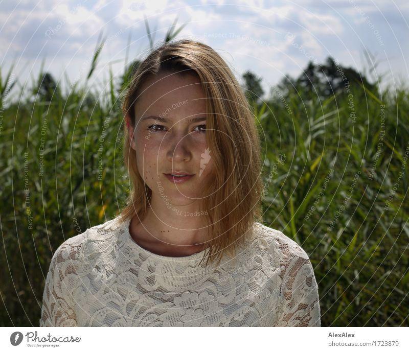 portait Natur Jugendliche Pflanze schön Junge Frau Landschaft 18-30 Jahre Erwachsene Wiese natürlich feminin Ausflug ästhetisch authentisch beobachten