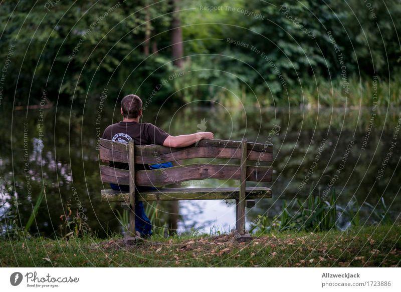 Pause am Dorfteich 2 maskulin Junger Mann Jugendliche 1 Mensch 18-30 Jahre Erwachsene Natur Park Teich grün Zufriedenheit Konzentration ruhig Parkbank dorfteich