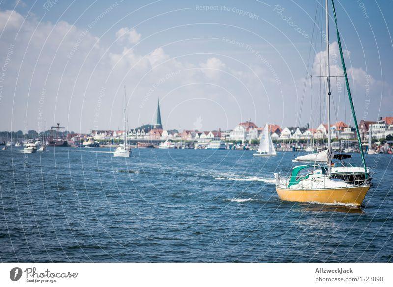 Rushhour in Travemünde Ferien & Urlaub & Reisen Sommer Sommerurlaub Sonne Meer Segeln Hafenstadt fahren maritim blau Wasserfahrzeug Bootsfahrt Segelboot