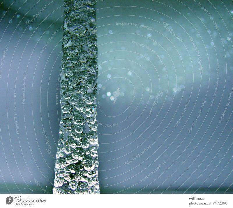 perlen für die säule blau Wasser kalt Eis Wassertropfen nass Sauberkeit Urelemente Frost Wellness Zusammenhalt Körperpflege Erneuerbare Energie Säule vertikal Luftblase