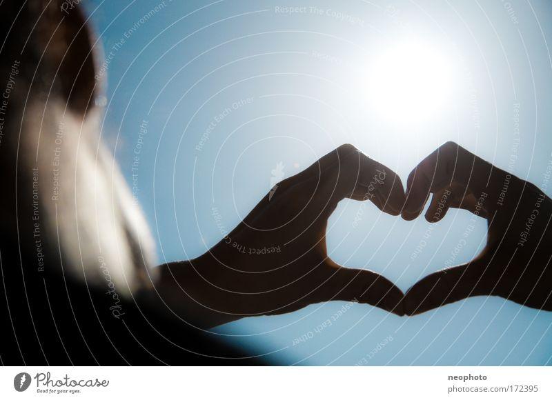 Zwischen Himmel und Erde Mensch blau Hand Ferien & Urlaub & Reisen Gesicht Liebe Spielen Haare & Frisuren Zusammensein Herz Arme Haut Finger authentisch
