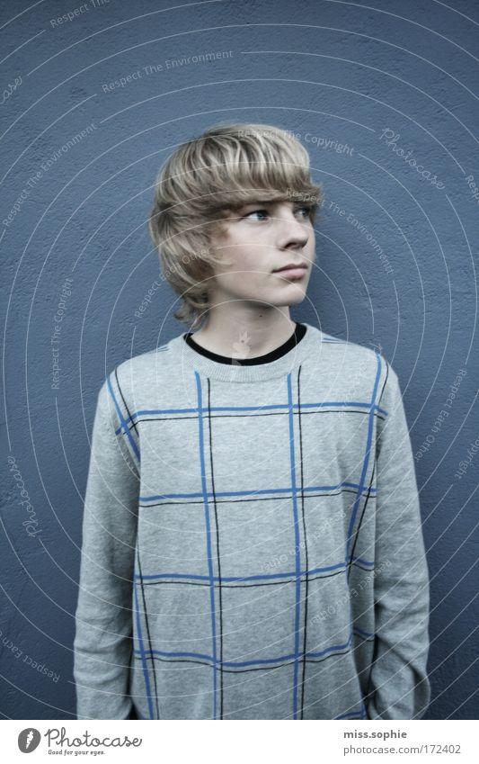 großkariert Jugendliche blau Einsamkeit Wand träumen blond maskulin beobachten Neugier Mensch Pullover lässig Putz Überraschung