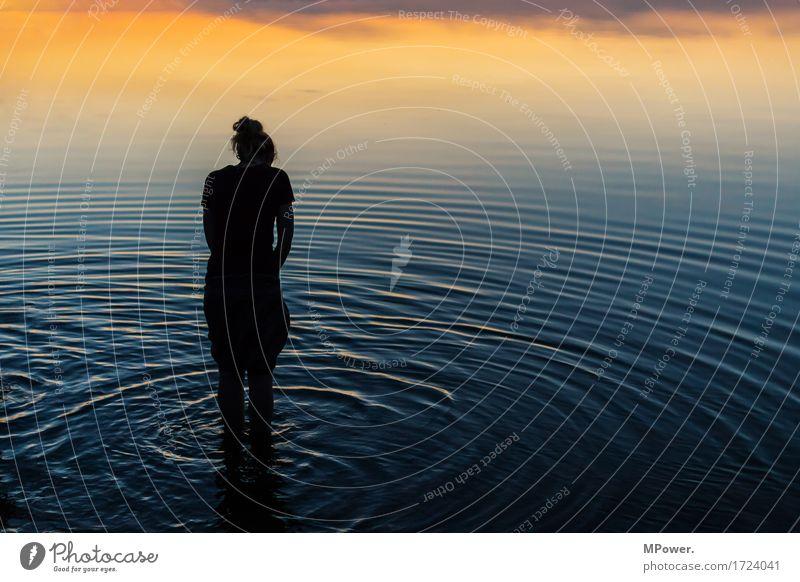 in den abendhimmel eintauchen Mensch Frau Ferien & Urlaub & Reisen Jugendliche Sommer schön Junge Frau Meer Erholung Strand 18-30 Jahre Erwachsene Umwelt gelb