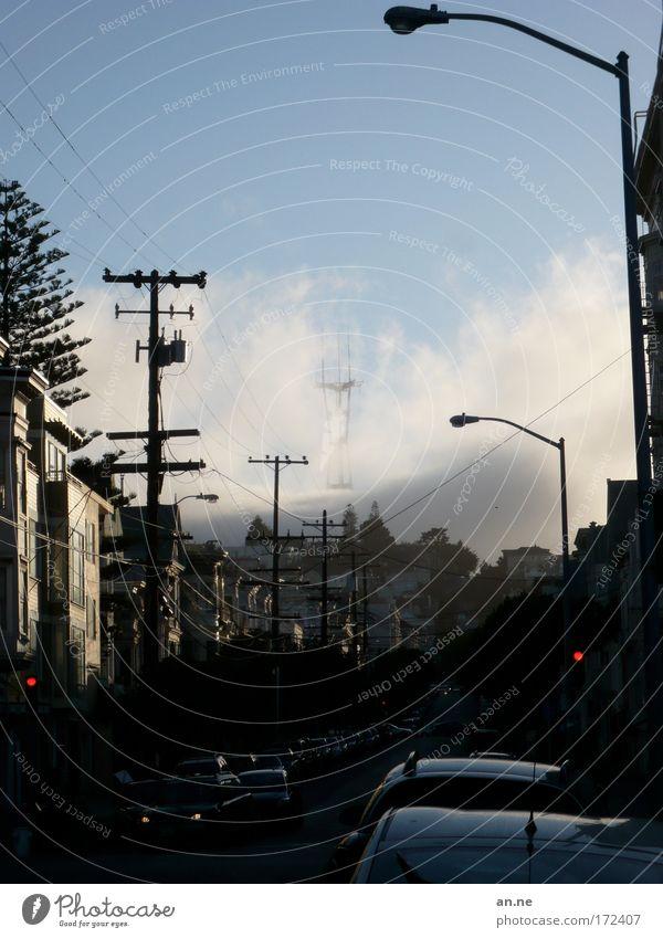 Wenn der Nebel kommt Himmel blau Stadt rot Haus Wolken Straße dunkel PKW Nebel Wetter Verkehr fahren USA stoppen Hügel