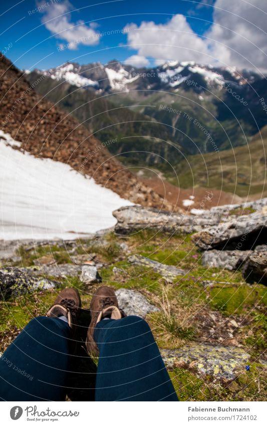 Beine am Berg II Mensch blau Sommer grün weiß Sonne Landschaft Wolken Berge u. Gebirge Schnee Freiheit grau braun wandern sitzen