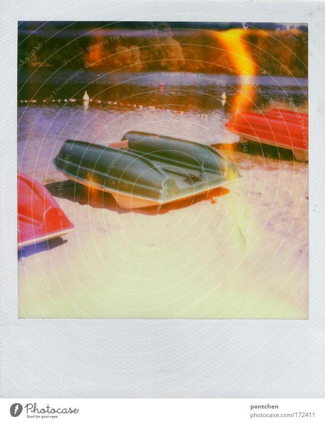 Umgedrehte Tretboote am See Farbfoto mehrfarbig Außenaufnahme Polaroid Textfreiraum unten Tag Licht Kontrast Lichterscheinung Sonnenlicht Zentralperspektive