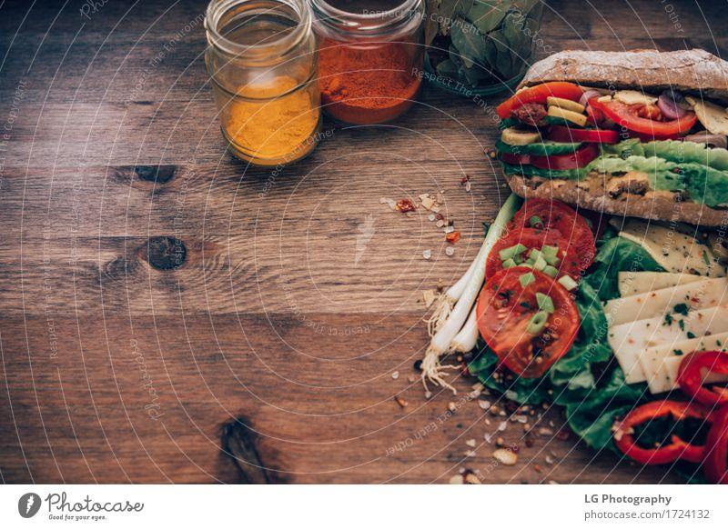 Sandwich auf einer Holzoberfläche Lebensmittel Käse Gemüse Brot Kräuter & Gewürze Essen Mittagessen Vegetarische Ernährung Küche lecker gelb grün
