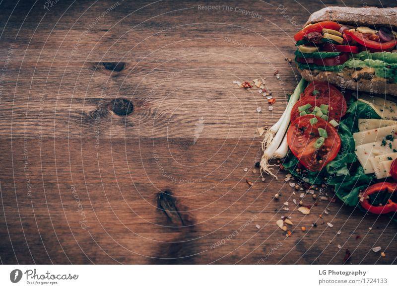 Sandwich auf einer Holzoberfläche grün rot Essen gelb Lebensmittel Kräuter & Gewürze Küche lecker Gemüse Appetit & Hunger Brot Stillleben Mahlzeit