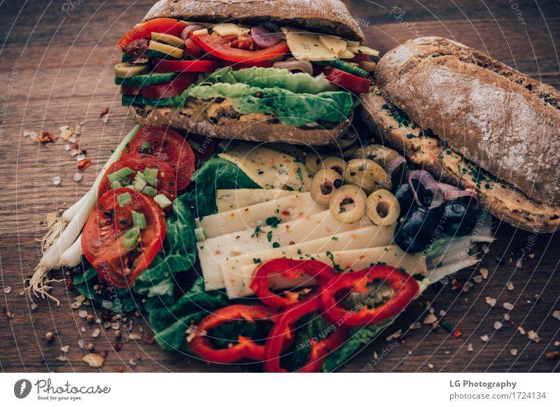 Sandwich auf einer Holzoberfläche. grün rot Essen gelb Lebensmittel Kräuter & Gewürze Küche lecker Gemüse Appetit & Hunger Brot Stillleben Mahlzeit