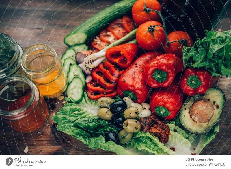 Eine Mischung aus gesunden und bunten Produkten auf einer Holzoberfläche. Farbe grün rot Blatt natürlich Zusammensein hell frisch Kräuter & Gewürze Küche Gemüse