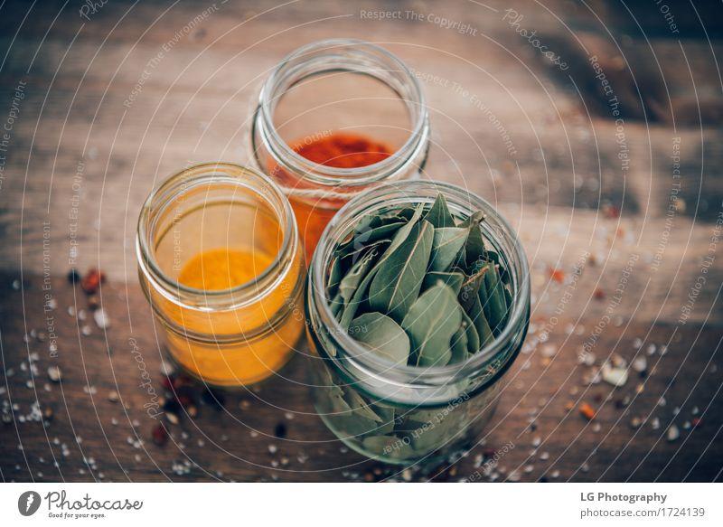 Gewürze in Gläsern Kräuter & Gewürze Küche Blatt Holz lecker natürlich grün rot Winkel Lorbeerblätter farbenfroh Essen zubereiten kulinarisch getrocknet