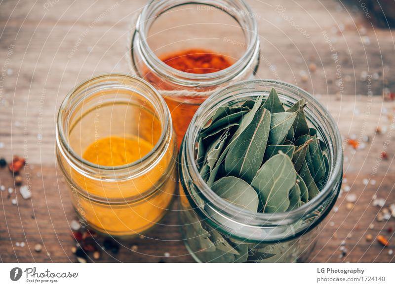 Gewürze in Gläsern grün rot Blatt natürlich Holz Kräuter & Gewürze Küche lecker Oberfläche getrocknet horizontal rustikal Zutaten Pulver organisch kulinarisch