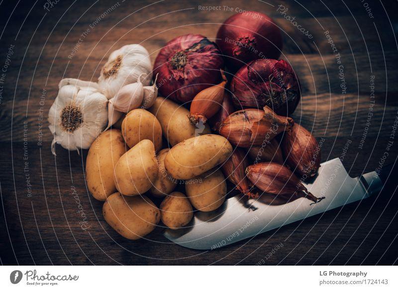Geschmackvolle Bestandteile des Lebensmittelstilllebens Kräuter & Gewürze Küche Blatt frisch natürlich gelb grün rot Farbe Lorbeerblätter Holzplatte Glühbirnen