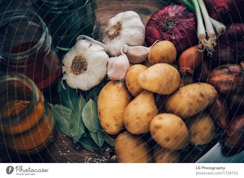 Stillleben von Lebensmittelklammern. Essentials der Küche. Kräuter & Gewürze Blatt frisch natürlich gelb grün rot Farbe Lorbeerblätter Holzplatte Glühbirnen