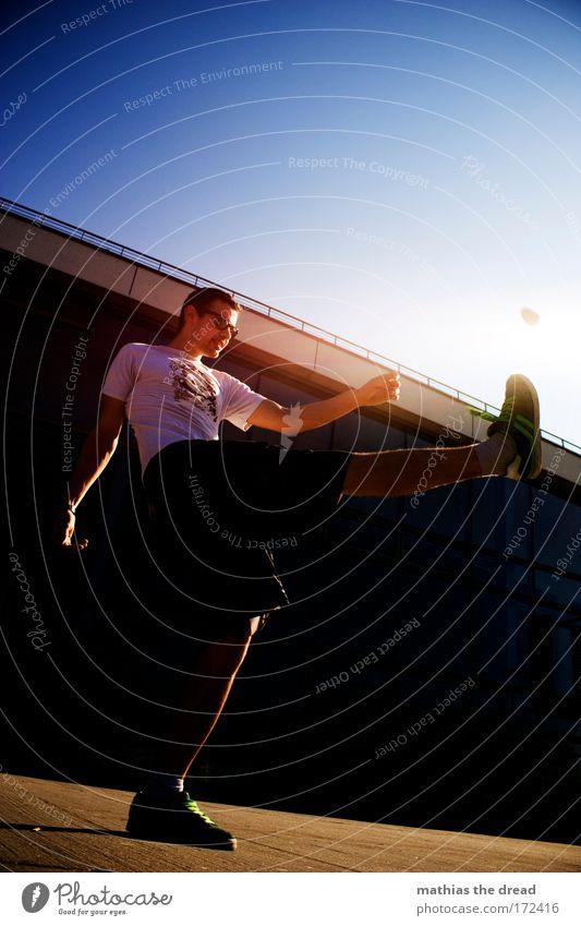 KICK IT Farbfoto mehrfarbig Außenaufnahme Textfreiraum oben Tag Schatten Kontrast Silhouette Reflexion & Spiegelung Sonnenlicht Sonnenstrahlen Gegenlicht