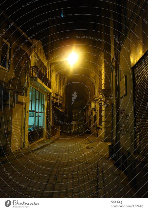 Stadtlichter I Farbfoto mehrfarbig Außenaufnahme Menschenleer Nacht Schatten Kontrast Totale Blick nach vorn Istanbul Stadtzentrum Gebäude Architektur Straße