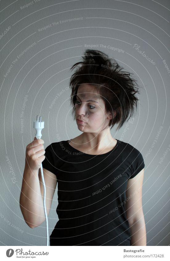 die entdeckung des stroms Farbfoto Mensch feminin 1 Arbeit & Erwerbstätigkeit Elektrizität staunen Stecker Technik & Technologie Frau Stromschlag Steckdose