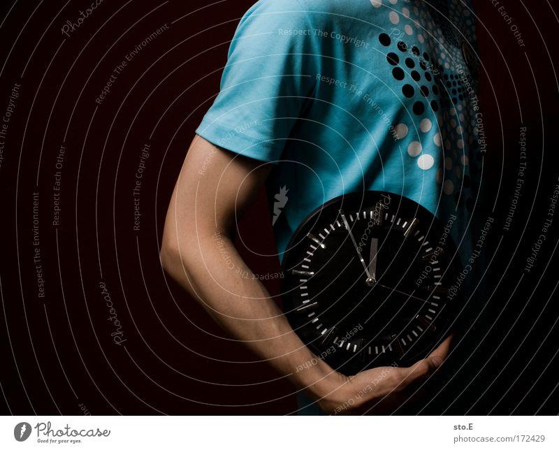 5 vor 12 Mensch Mann Hand dunkel Erwachsene Stil Arme maskulin Erfolg Uhr stehen Coolness T-Shirt rund Ziffern & Zahlen