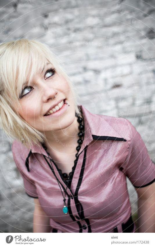 alles gute kommt von oben Mensch Jugendliche schön Gesicht Frau feminin Blick nach oben Porträt Zufriedenheit Mode blond Erwachsene Fröhlichkeit stehen