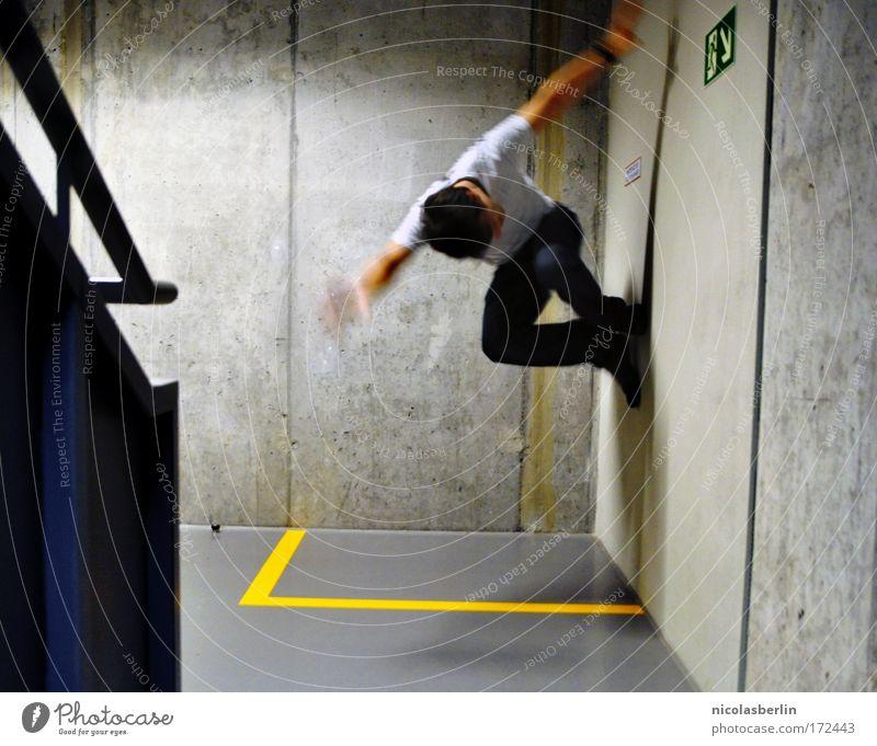 Toop Toop Mensch Jugendliche Freude gelb Leben Wand grau springen Mauer Kraft Treppe außergewöhnlich Coolness Junger Mann Unendlichkeit Zeichen
