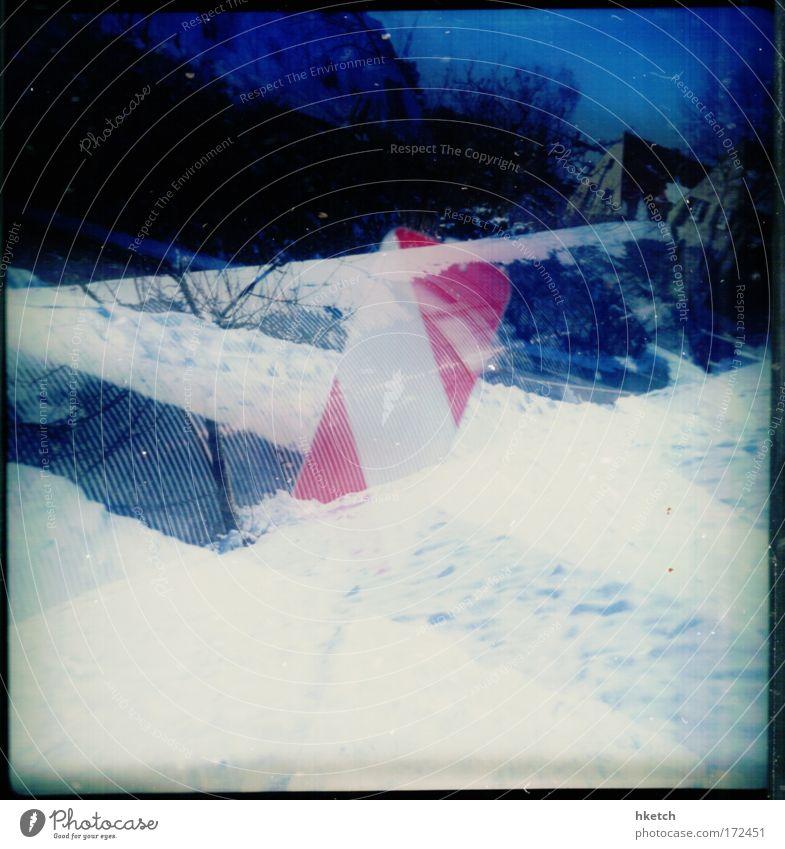 Schneeverwehung weiß blau Stadt rot Haus Straße kalt Schneefall analog Lomografie Doppelbelichtung Verkehrsschild Stadtrand Scan Schnee