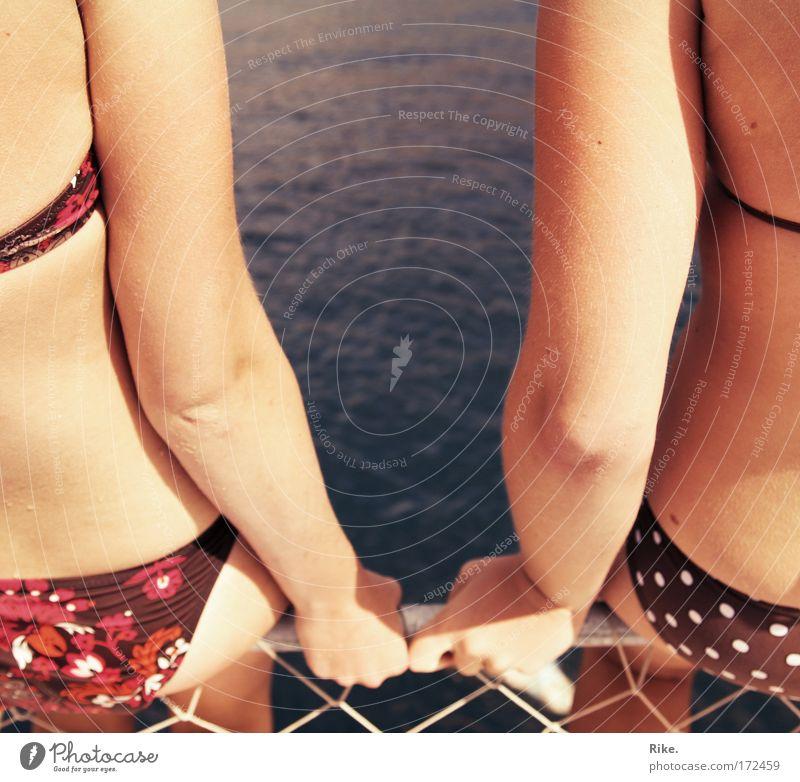 Sommerfreunde. Farbfoto Außenaufnahme Textfreiraum Mitte Tag Licht Sonnenlicht Sonnenstrahlen Zentralperspektive Oberkörper Rückansicht Wegsehen