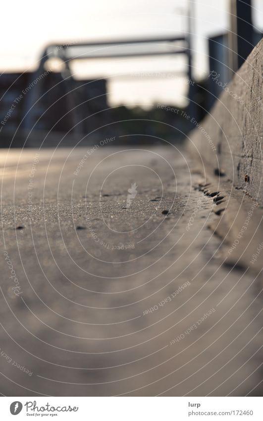 Quotenfoto Menschenleer Bauwerk Verkehr Verkehrswege Personenverkehr Straßenverkehr Autofahren Wege & Pfade Brücke authentisch einfach unten braun grau weiß