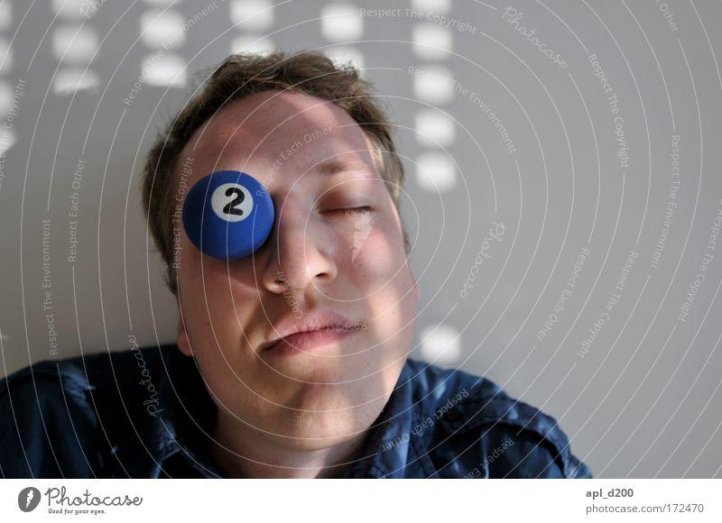 Auf einem Auge blöd Mensch Jugendliche blau Freude Gesicht Kopf lustig Erwachsene maskulin liegen Billard Junger Mann 18-30 Jahre