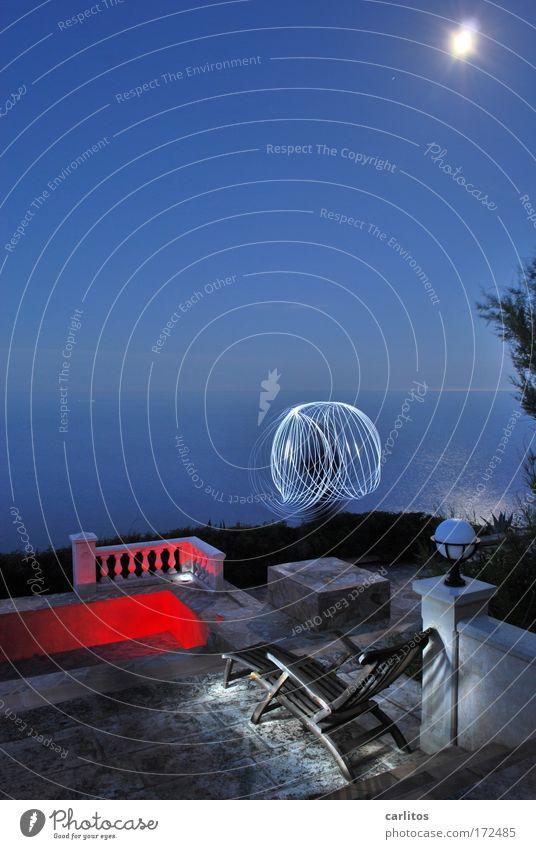 Nachts geht es rund II Meer blau rot ruhig Ferne Erholung Bewegung Graffiti Küste Kunst elegant Kreis ästhetisch Schwimmbad Kitsch Nachthimmel