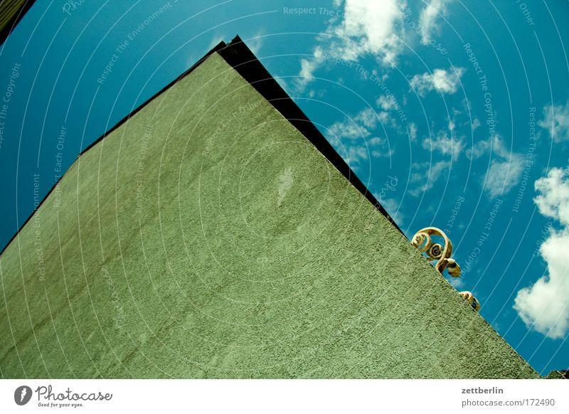 Unbekannte Ranke Himmel Sommer Haus Wolken Wand Mauer Fassade Putz Eisen Mieter Blauer Himmel Stadthaus Vermieter himmelblau Textfreiraum