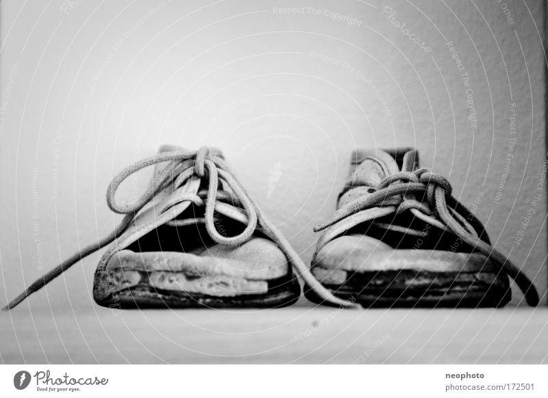 Meine Ersten... 2 alt grau klein Kindheit Schuhe Vergänglichkeit Laufsport Vergangenheit Lebensfreude Joggen Dinge Lederschuhe