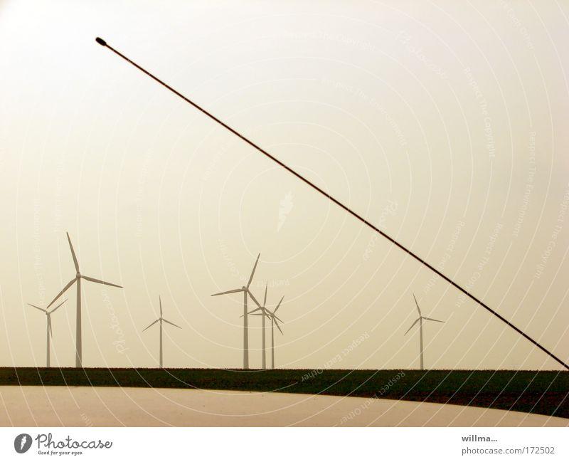 Windkraft und Radiowellen Energiewirtschaft Windrad Autoantenne Antenne Funktechnik CB-Funk Mobilfunk Radioantenne Fortschritt Zukunft Erneuerbare Energie