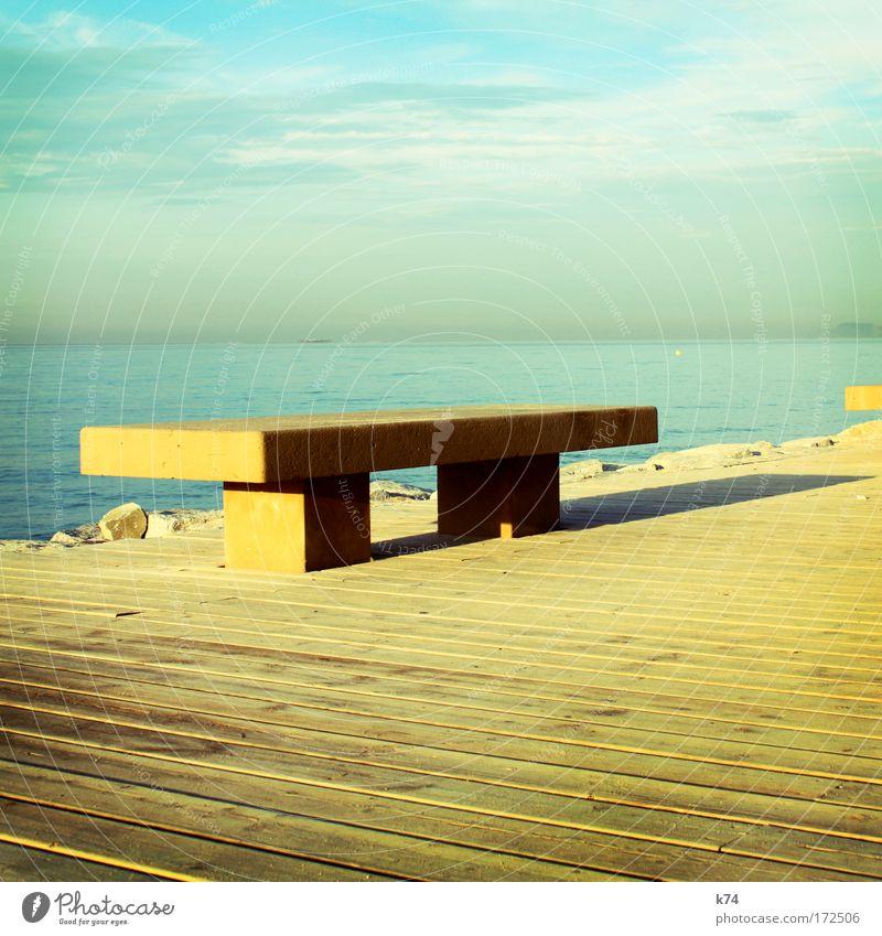 Bank leer Einsamkeit Menschenleer Horizont Meer See Holz Steg ruhig Ferne Licht Schatten Farbe gelb blau simpel einfach sehr wenige