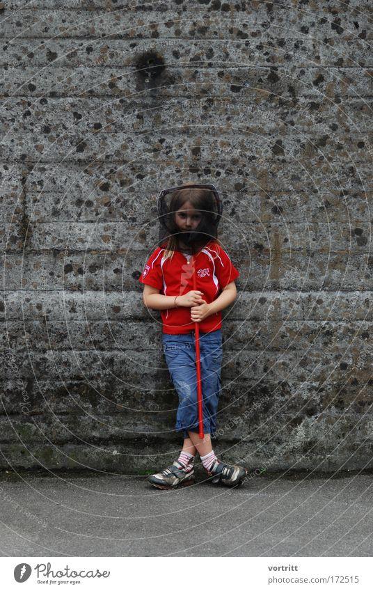 im NETZ gefangen Mensch Kind Jugendliche blau rot Mädchen Freude Wand Spielen grau Mauer Kindheit außergewöhnlich Fisch T-Shirt Hose